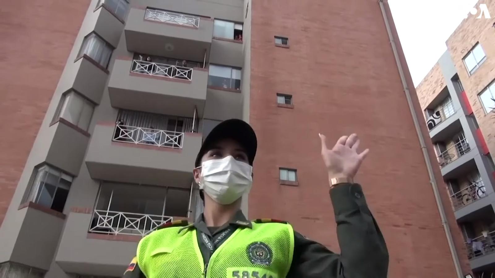 Dienas prieks: Kolumbijas policija diriģē iedzivotāju deju balkonos