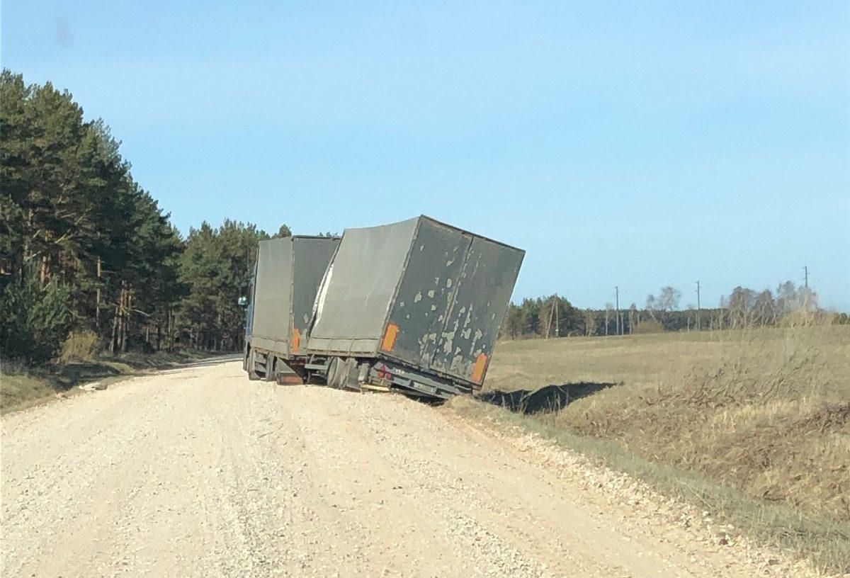 Nesavalda kravas automašīnu un nobrauc no ceļa