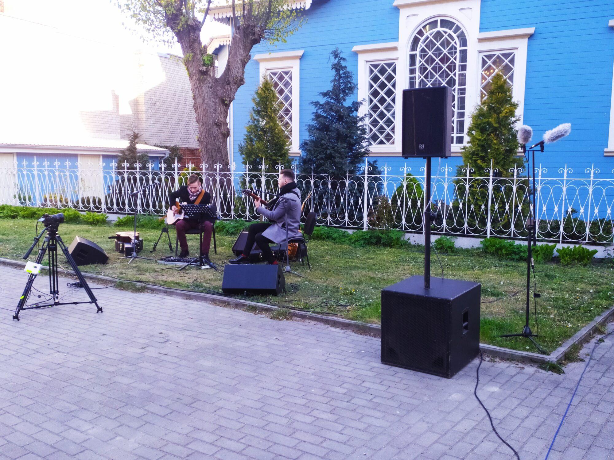 Liepājniekus priecēja ģitāristu koncerts pagalmā Peldu ielā