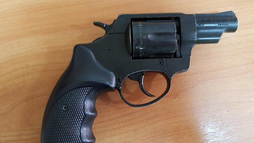 Šauj un draud ar gāzes pistolēm