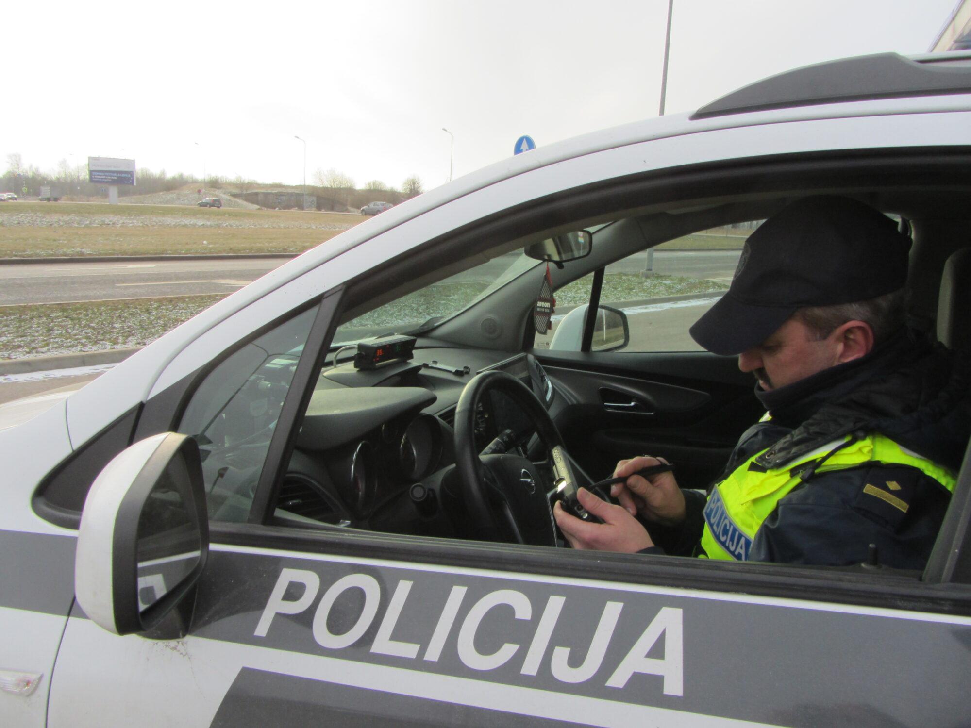 Kuršu ielā reibumā un bez tiesībām bēg no policijas