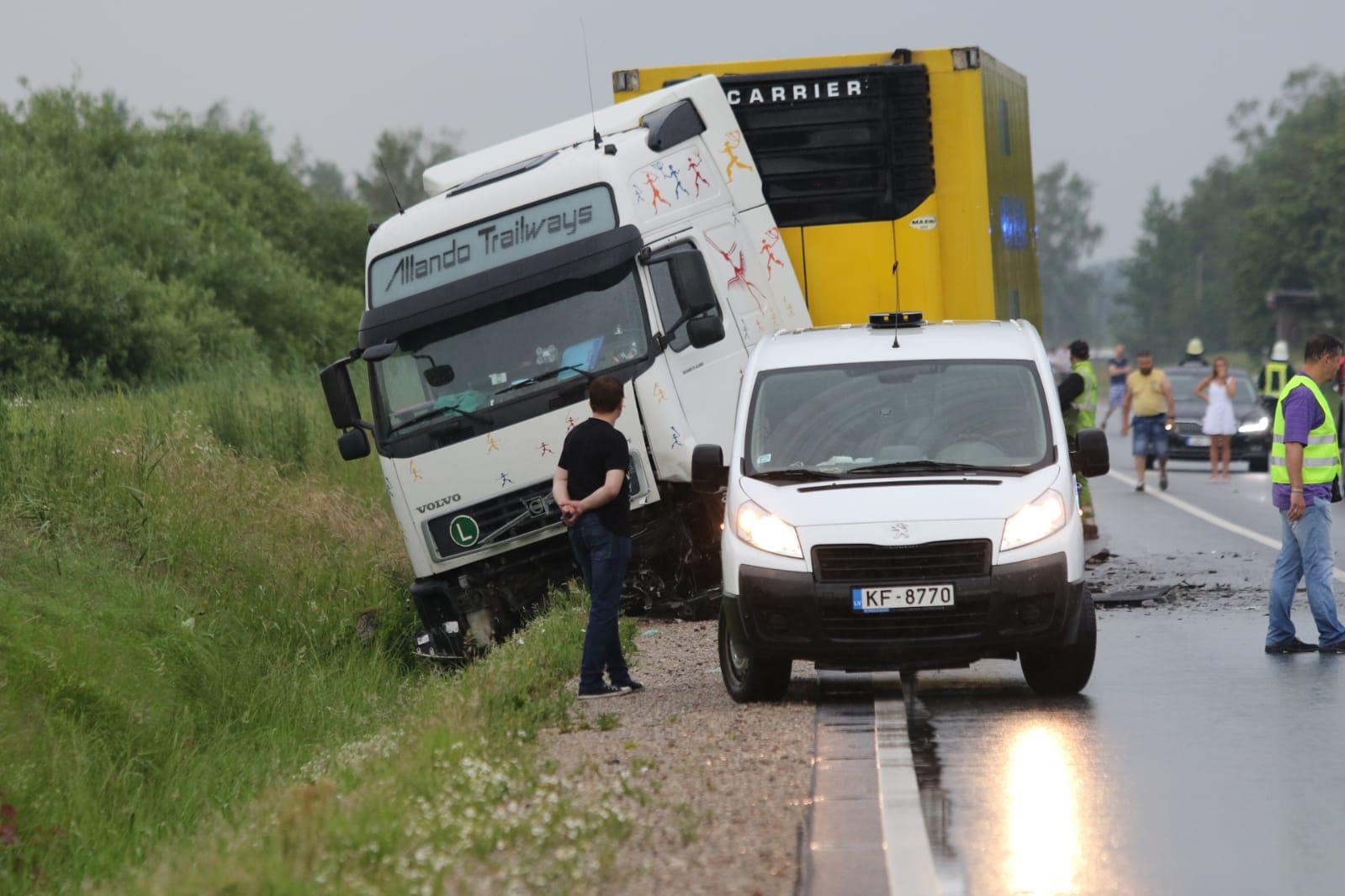 Traģiska avārija uz Nīcas šosejas – bojā gājuši trīs cilvēki, no tiem divi bērni