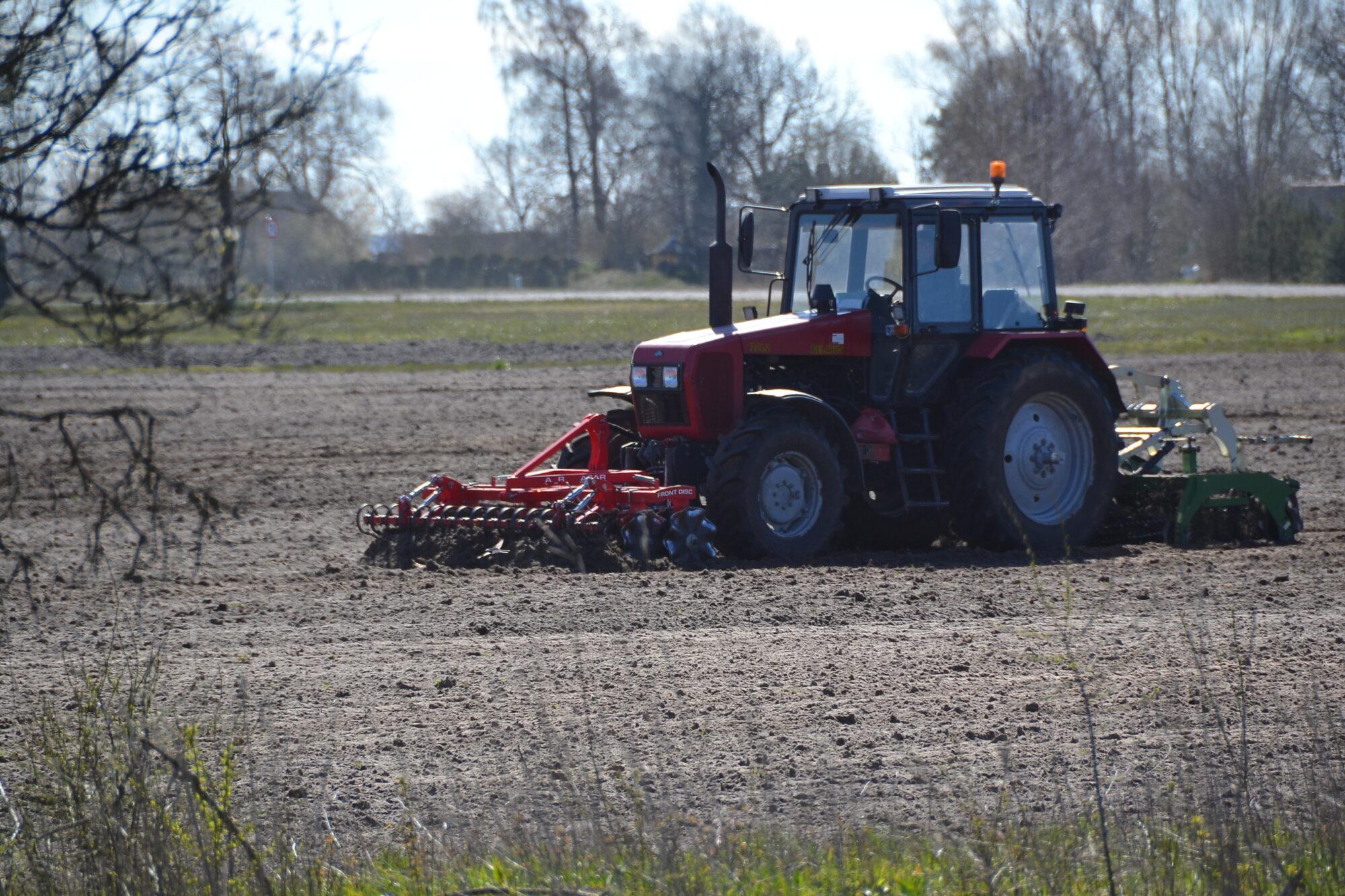 Grobiņas novadā grāvī iestrēgst traktors, tā vadītājs iesprostots