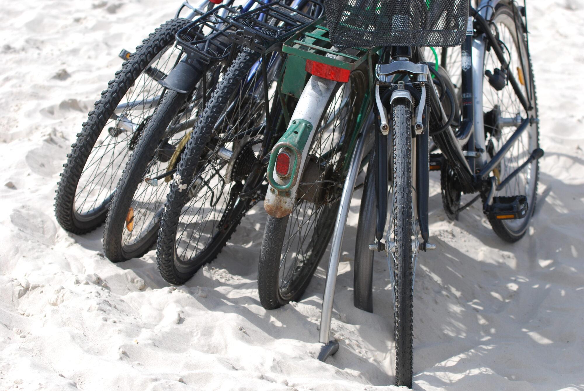 Nozagti divi velosipēdi