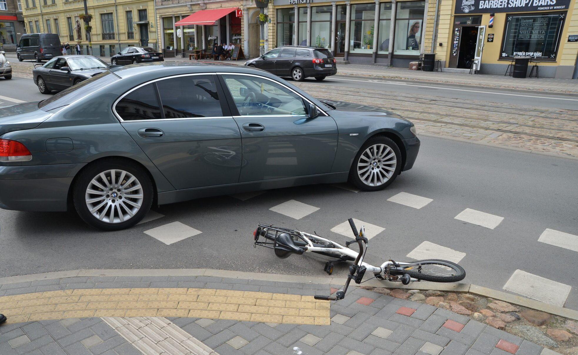 Lielā ielā velosipēdiste saduras ar automašīnu