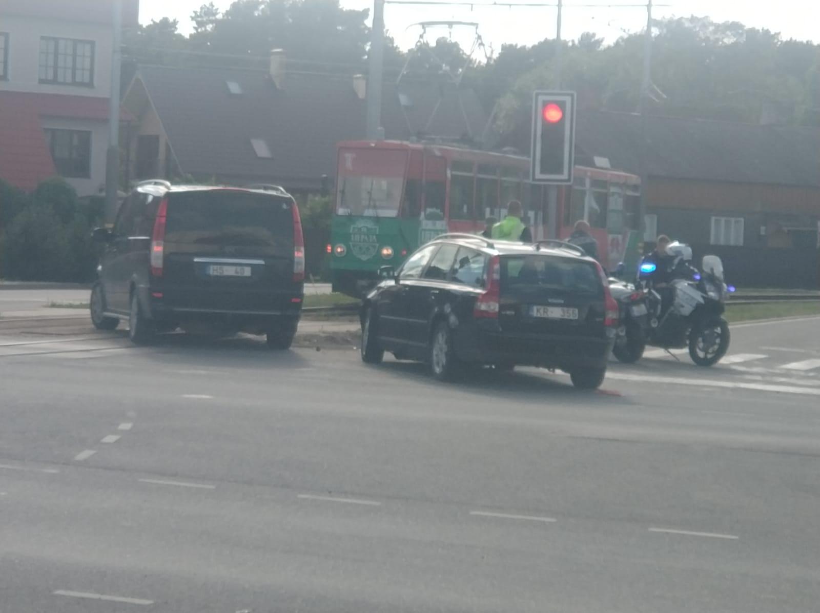 M. Ķempes un Ganību ielas krustojumā notikusi divu automašīnu sadursme