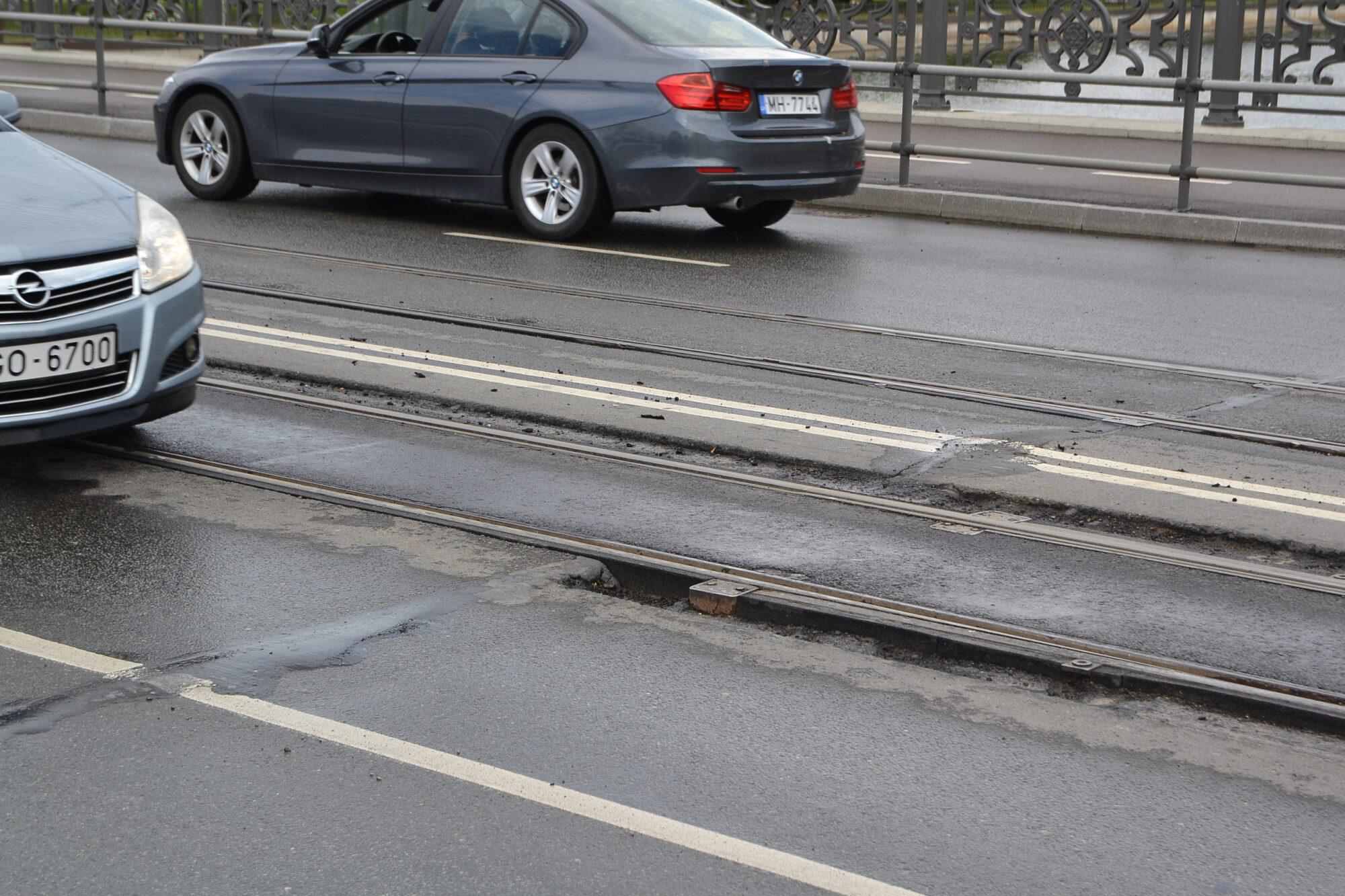 Naktīs remontē pirms gada atjaunoto Tramvaja tiltu