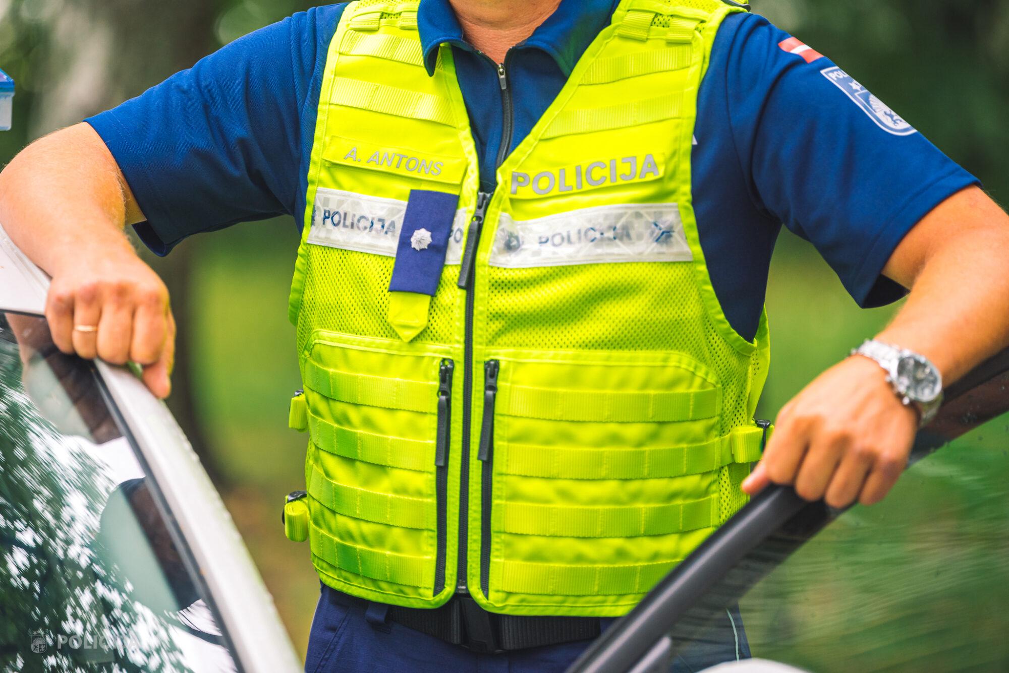 Valsts policijas amatpersonas saņem jaunā dizaina formas tērpus