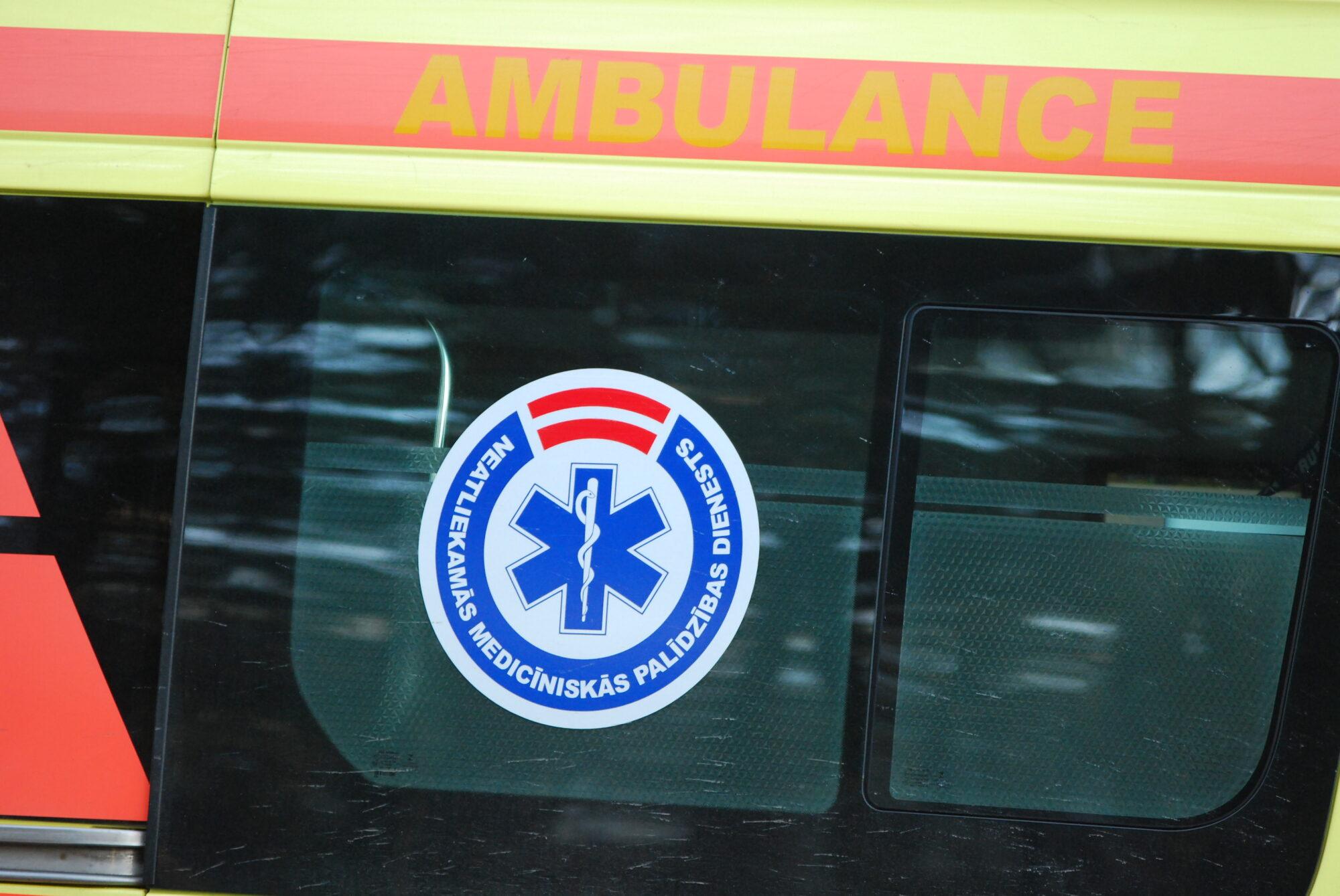 Uz Liepājas šosejas notikusi kravas un vieglās automašīnas sadursme, cietuši divi cilvēki