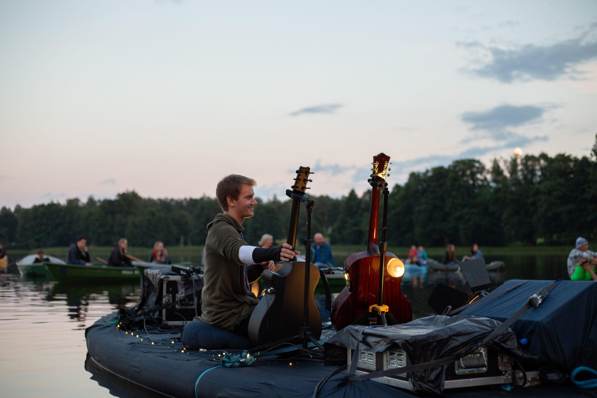 """Ģitārists Gints Smukais ezerā uz peldošas skatuves atklāj savu otro albumu """"Thaw"""""""