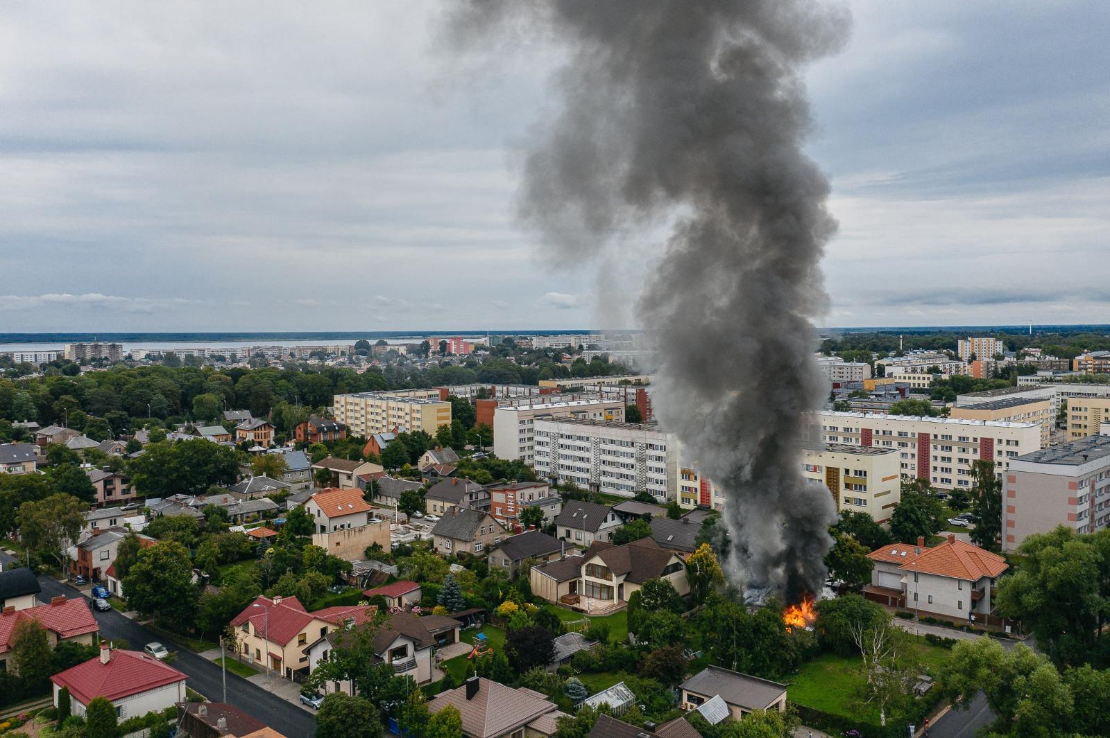 Palangas ielā degusi divstāvu ēka un garāža