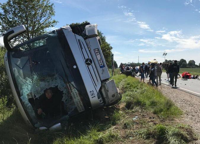 Autobusa un vieglās automašīnas sadursmē deviņi cietušie