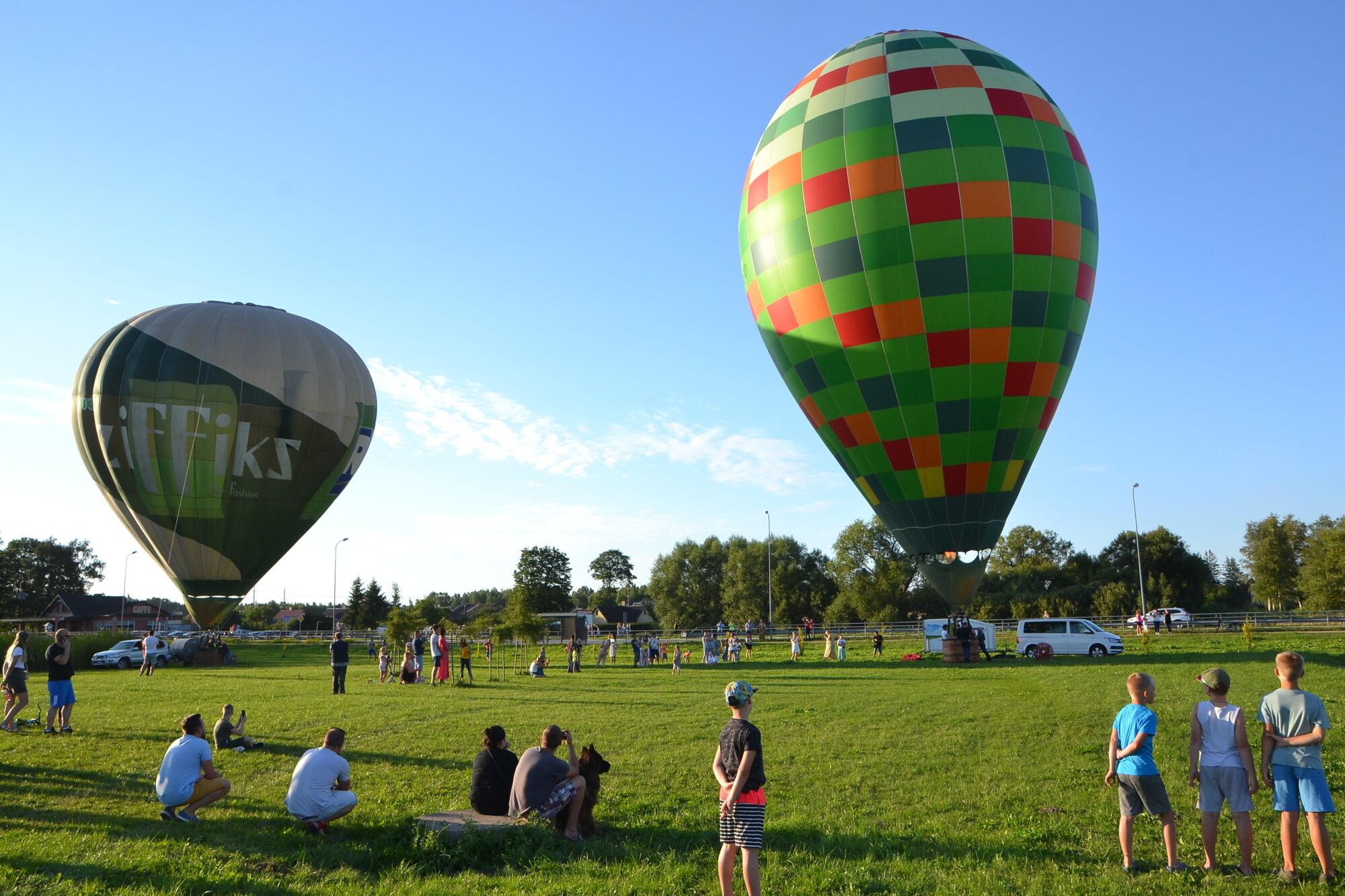 Grobiņniekus priecē motofestivāls un gaisa balonu šovs