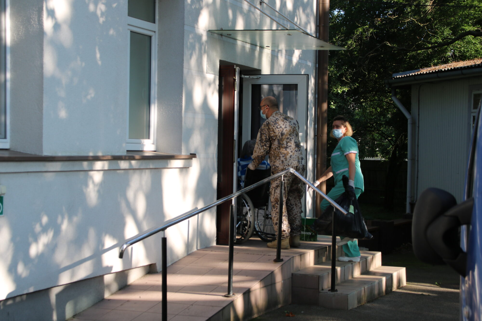 Militāristi palīdz pārvest slimnīcas pacientus