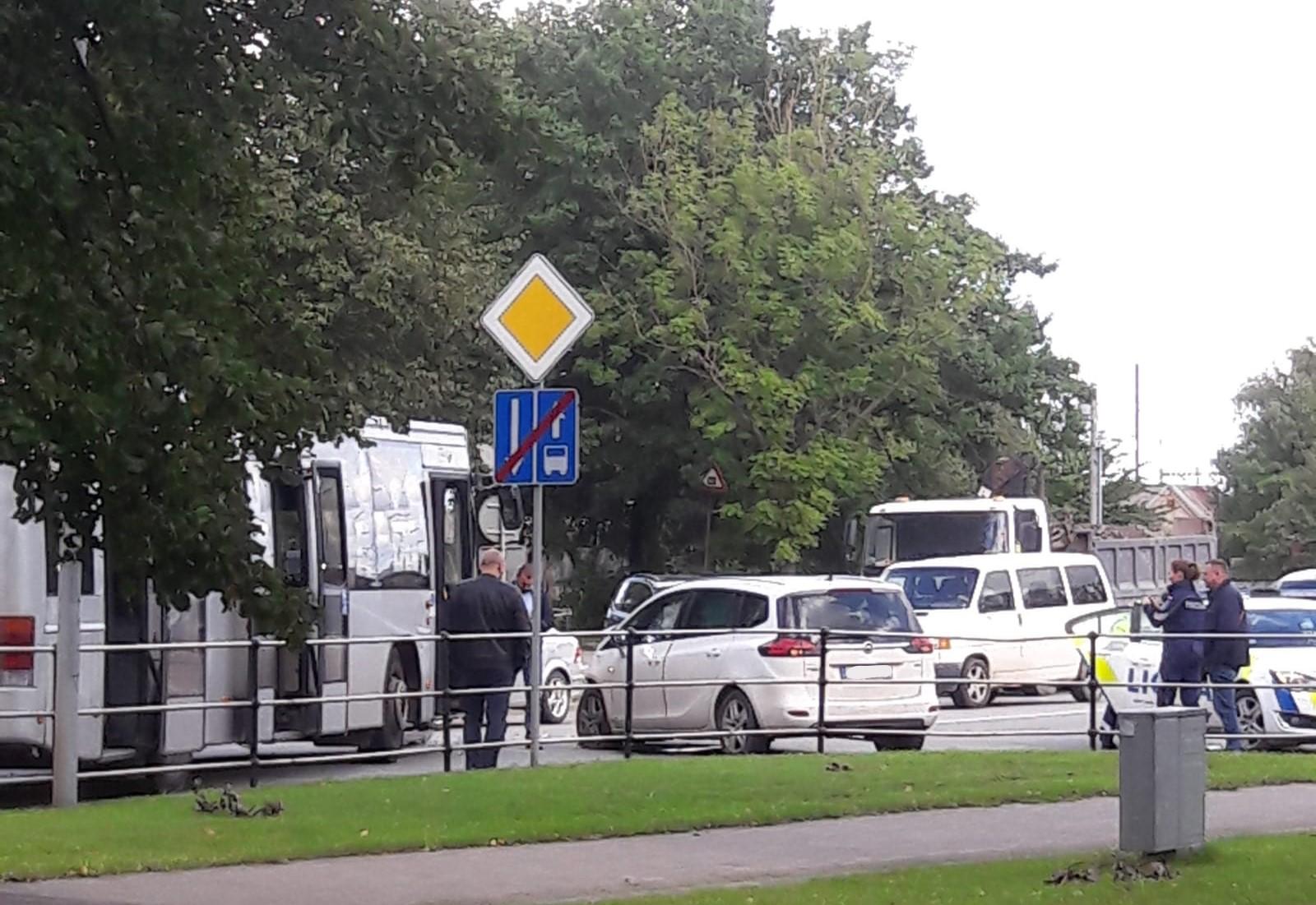 Autobusa un vieglās automašīnas sadursmē divi cietušie
