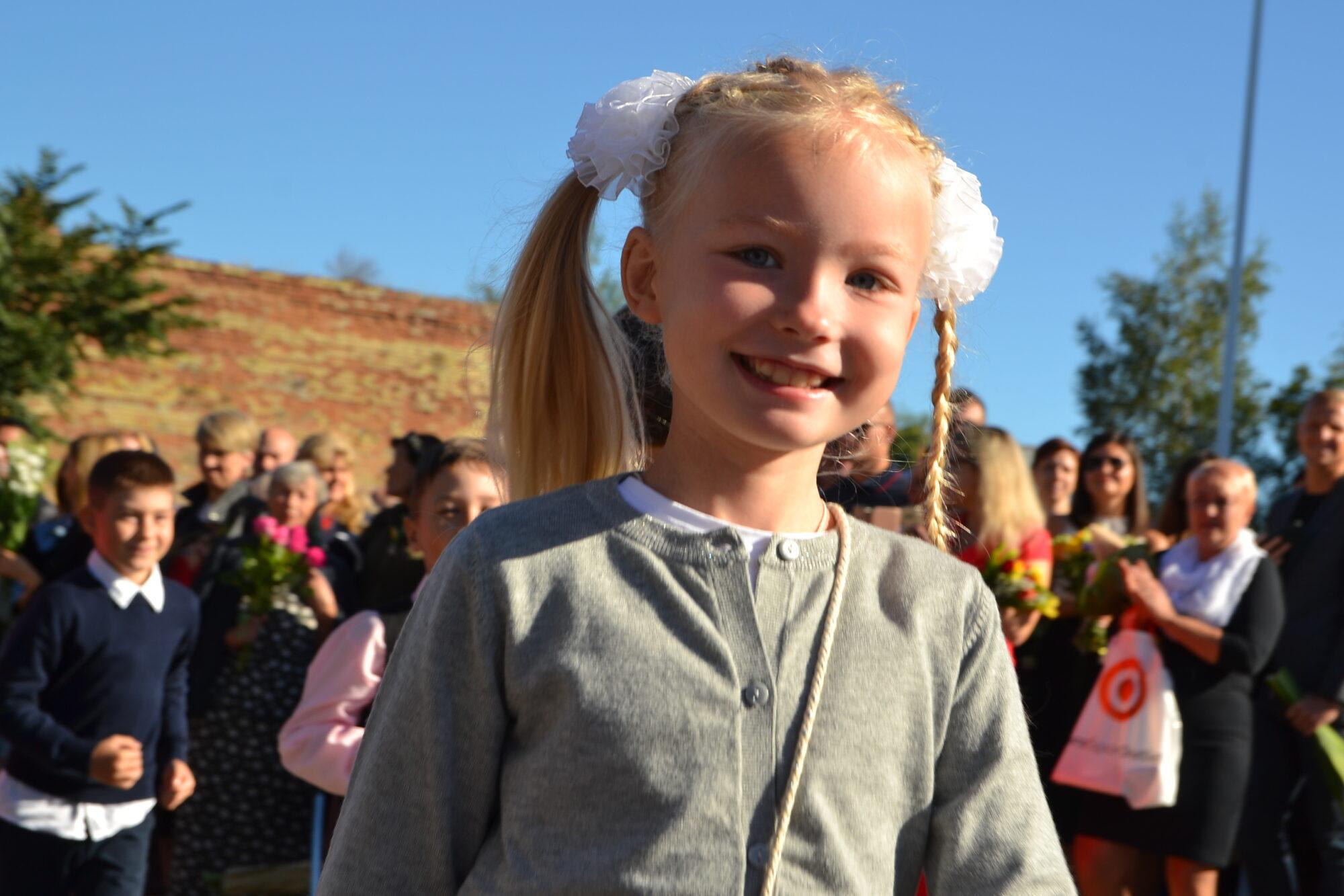 Skolu pagalmus pārpilda lieli un mazi skolēni
