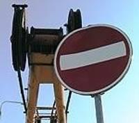 Celtnis sabojā ceļa zīmi