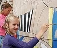 Bērni apglezno veco Priekules universālveikalu