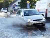 Lietavas rada plūdus, zibens paralizē sakarus