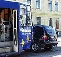 Džips saduras ar tramvaju
