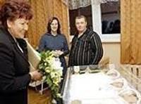 Labklājības ministre Dagnija Staķe sveic Liepājā dzimušos trīnīšus