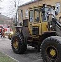 Braucot pa ielu, aizdegas traktors