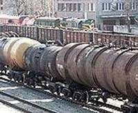 Papildināts – Jau divas dienas no cisternām Liepājā izplūst degviela