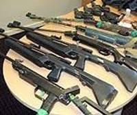 Aiztur jauniešus ar ieročiem