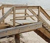 Izļodzītas kāpnes, kas ved uz jūru