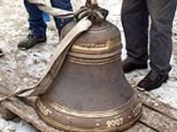 Dienvidu kapu zvanu tornī uzstāda zvanu