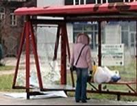 Uzbrūk autobusu pieturai