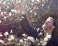 Magnoliju smaržās grimstošais dārzs