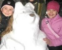Mazie mākslinieki veido sniega skulptūras