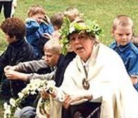 Vasaras nometņu dalībnieki Jāņus ielīgos muzeja dārzā