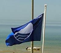 Liepājā pacelts Zilais karogs