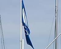 Jahtu ostā pacelts Zilais karogs