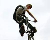 BMX braucēji rāda galvu reibinošus trikus