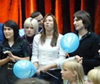 Violetā kora dalībniekus skata vaigā