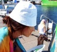 Jaunās gleznotājas iemūžina promenādi