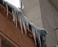 Virs cilvēku galvām – bīstamas sniega segas un lāstekas