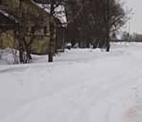 Sniegu bīda te viena, te otra pusē