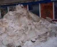 Nedēļu cīnās par sniega kalna aizvākšanu
