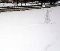 Tirdzniecības kanālā izvietotais eņģelis vilina bērnus kāpt uz ledus