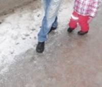 Ietves ledus glazūrā gājējus velk pie zemes