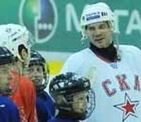 Jaunie hokejisti mācās no meistariem