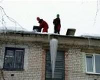 Meklē palīgus, lai atbrīvotu jumtus no sniega