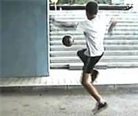 Liepāju pārsteigs futbola frīstaileris Luky no Polijas
