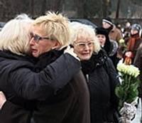 Simtiem cilvēku pulcējas krematorijā, lai atvadītos no mūziķa Freimaņa
