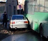 Krustojumā saduras ar autobusu
