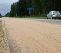 No auto uz ceļa izbirst graudi; daļēji bloķēta satiksme